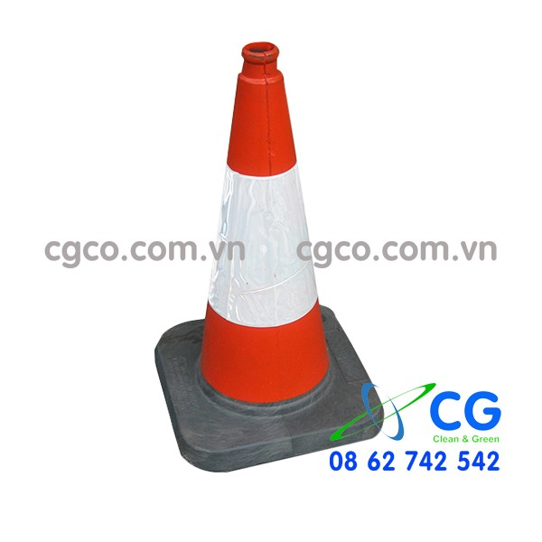 Cọc tiêu giao thông hình chóp nón phản quang sáng vào ban đêm